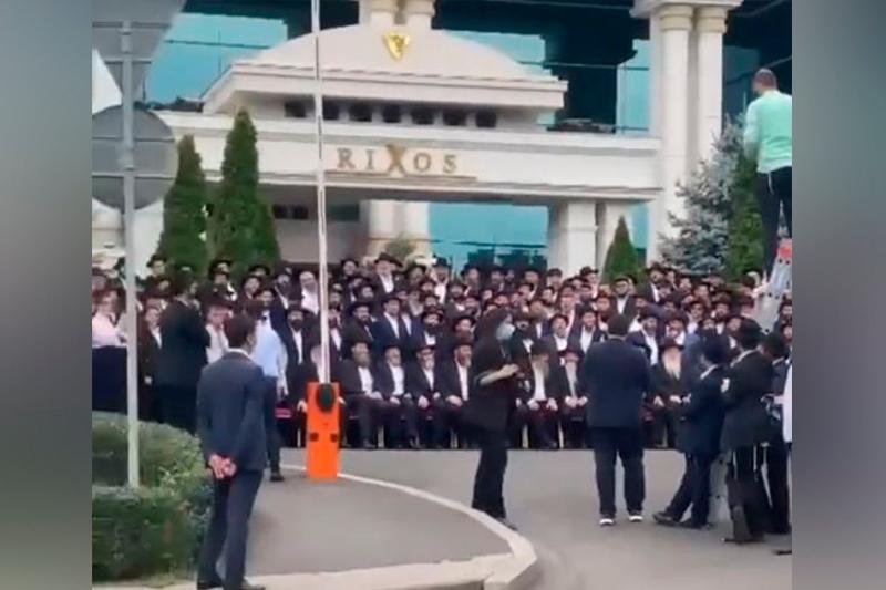 Массовая фотосессия перед отелем возмутила алматинцев
