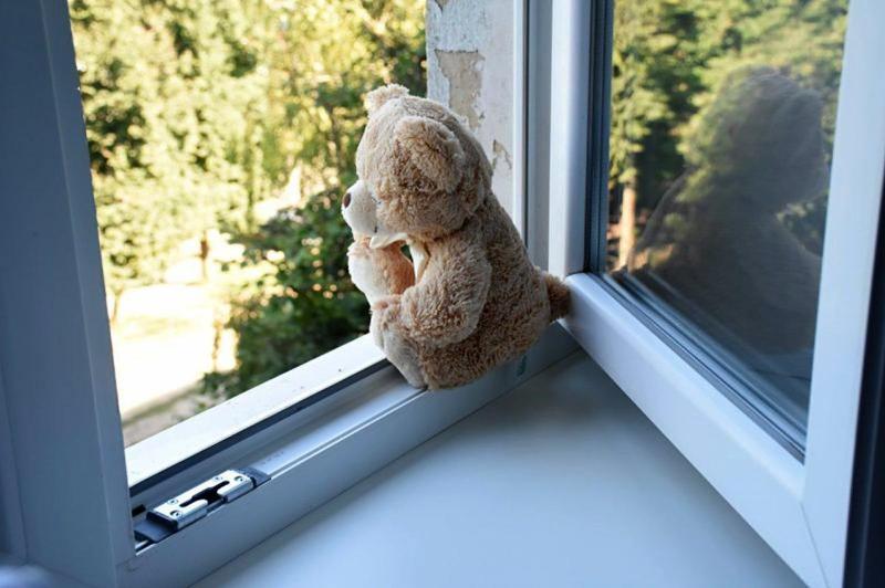 4-летний ребенок выпал из окна в Караганде