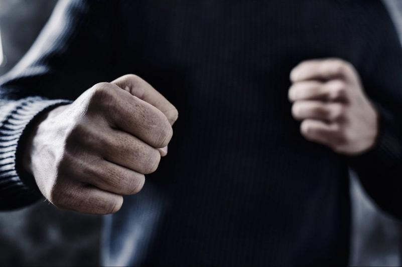 Охранник бара избил члена мониторинговой группы в Атырау