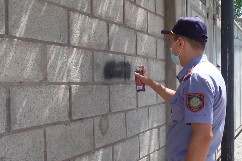 Наркограффити со стен зданий  уничтожили полицейские Шымкента