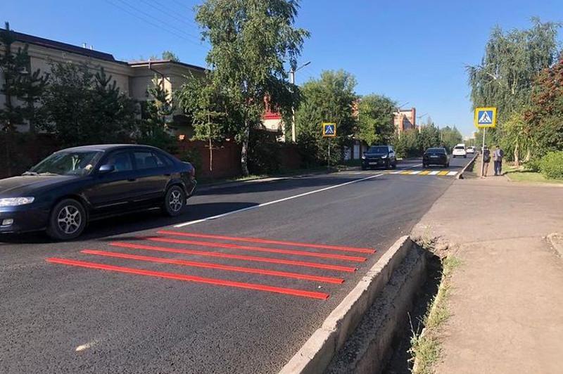 В столице перед пешеходными переходами появились красные шумовые полосы