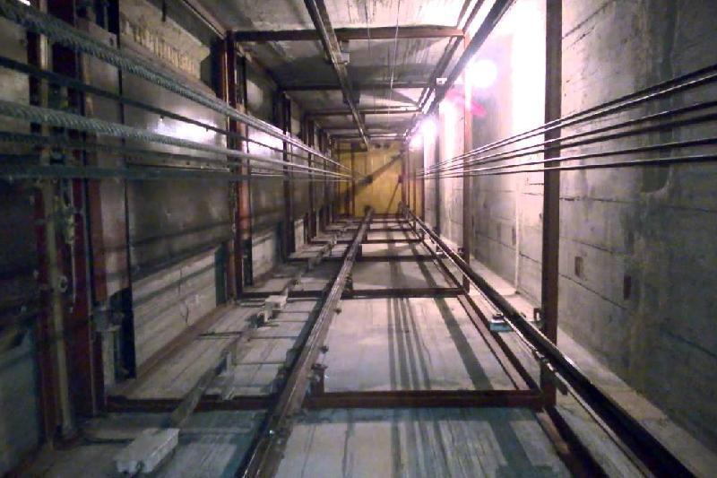 Монтеры упали с 15-го этажа в шахту лифта в Атырау