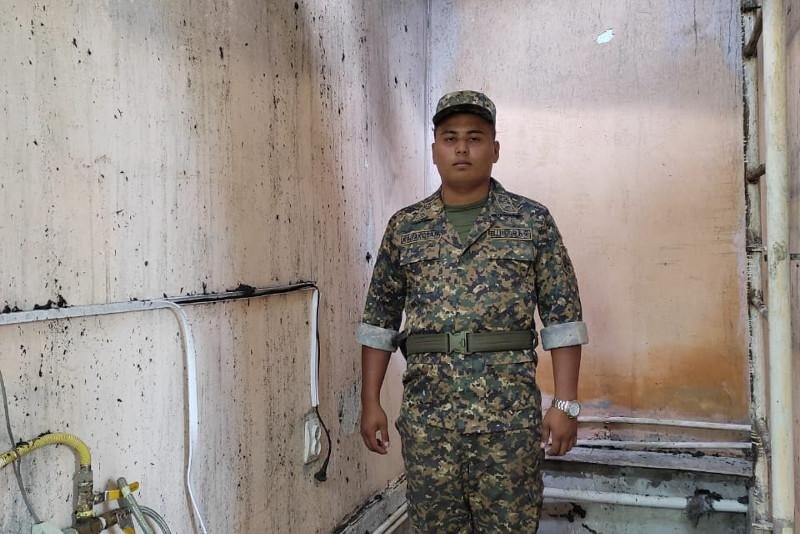 В Атырау гвардеец спас из огня пожилого мужчину