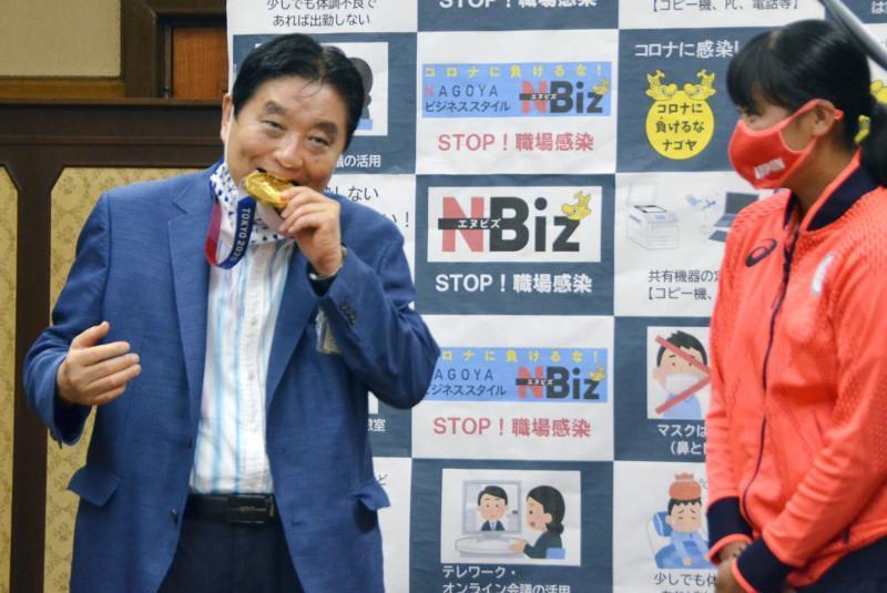 Олимпиада олтин медалини тишлаган Япония мэри танқид қилинди