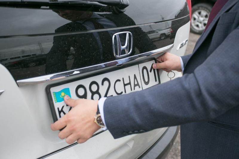 Казахстанцы не могут зарегистрировать авто из-за технического сбоя базы данных таможни
