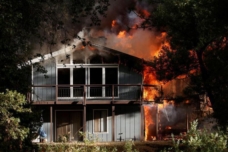 美国政府因加州大火呼吁疏散约1.5万人