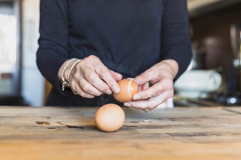 Избавить от болезни с помощью куриных яиц предлагала мошенница в СКО