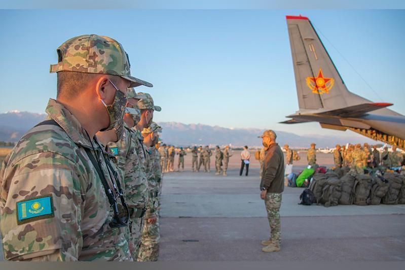 参加2021年国际军事比赛的哈武装力量官兵启程赴俄