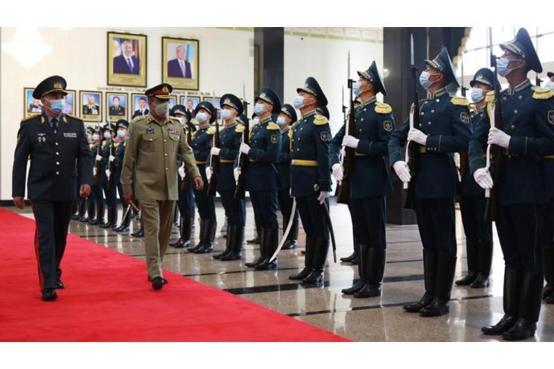 哈萨克斯坦国防部部长会见巴基斯坦陆军参谋长联席会议主席