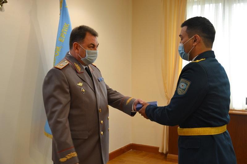 托卡耶夫总统向参与扑灭野火行动的救援人员授勋