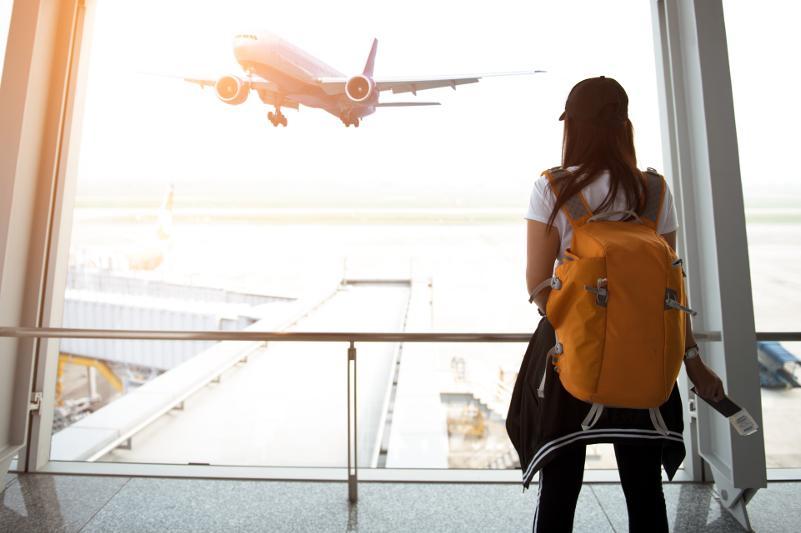 Казахстанка оставила 15-летнюю девочку в аэропорту Анталии