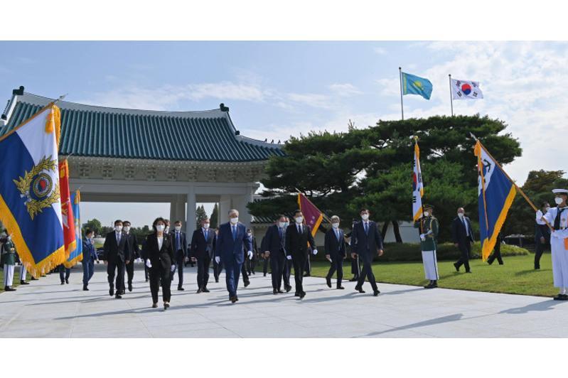托卡耶夫总统参拜韩国卫国烈士纪念碑