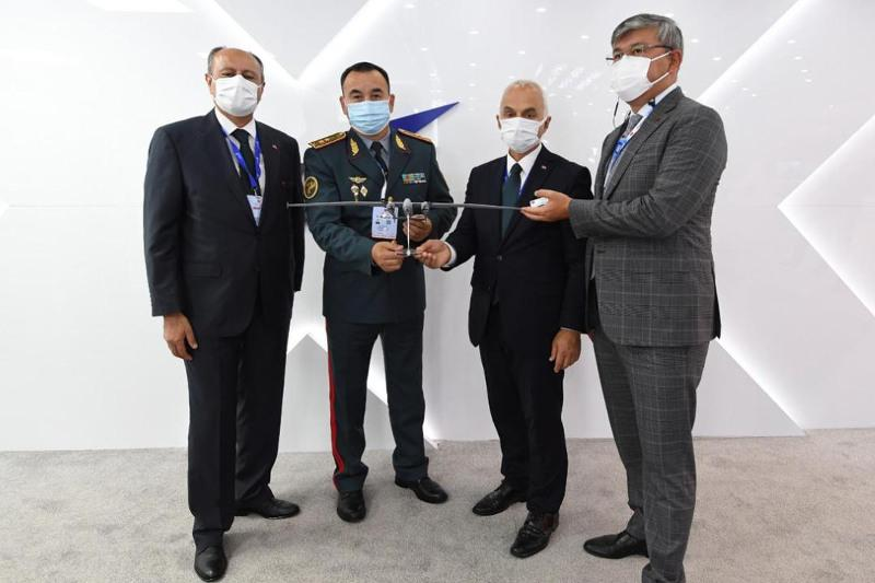 Начальник Генерального штаба посетил выставку оборонной промышленности в Стамбуле