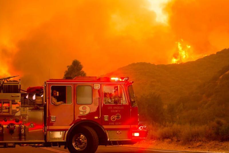 美国加州多处山火致3.6万人被疏散