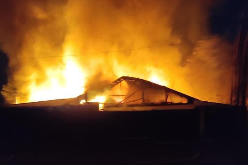 В Атырау сгорел 12-квартирный жилой дом