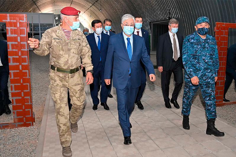 """托卡耶夫总统观摩国民警卫队""""坚毅-2021""""军事演习"""