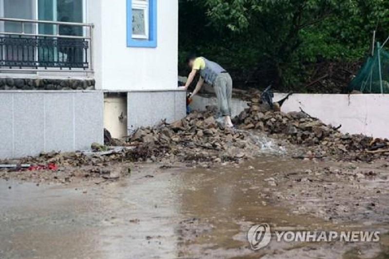 """台风""""奥麦斯""""致韩国多地出现强降雨"""