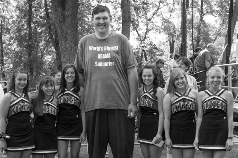 美国最高男子去世 身高2.345米