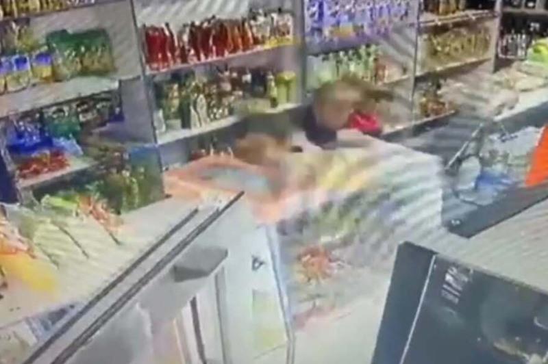 Продавец в одиночку дала отпор грабителю в Степногорске