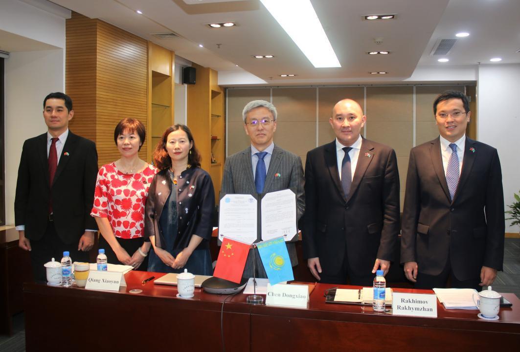 哈萨克斯坦对外政策研究所与上海国际问题研究院签署谅解备忘录