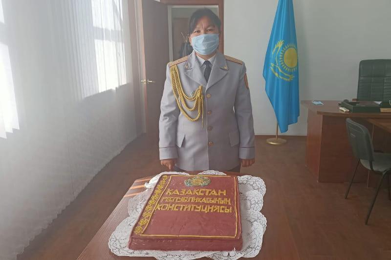 Торт в виде Конституции РК испекли в Карагандинской области