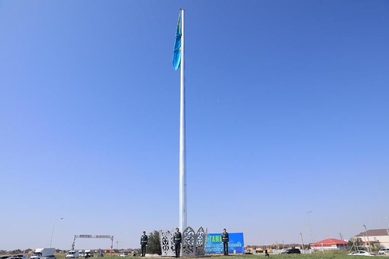 Конституция күні: Ақтөбеде 30 метрлік тутұғыр орнатылды