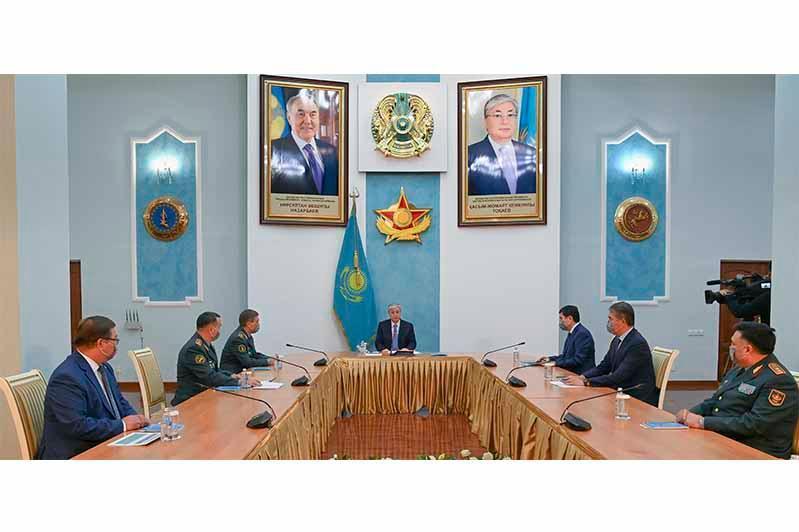 托卡耶夫总统会见国防部领导层