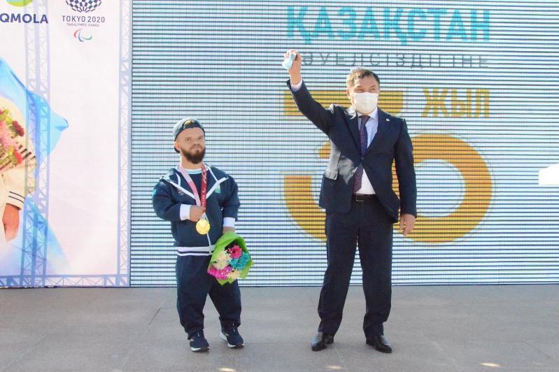 Автомобиль и квартиру подарили паралимпийскому чемпиону Давиду Дегтяреву