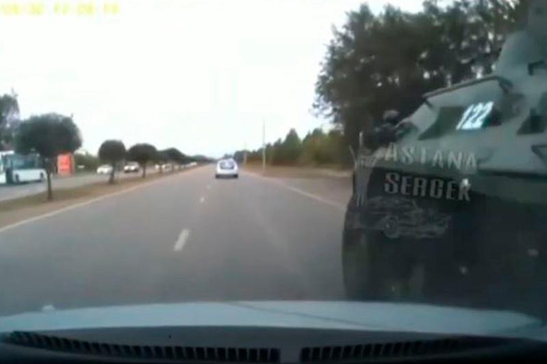 БТР столкнулся в автомобилем в Нур-Султане