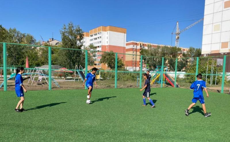 В футбол с профессионалами сыграли находящиеся в трудной жизненной ситуации дети в Павлодаре