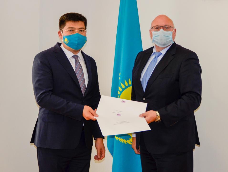 副外长接受多国驻哈新任大使递交的国书副本