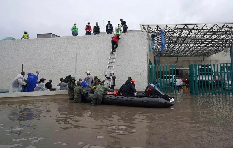 Мексика Президенти  сув остида қолган шифохонада 17 киши вафот этганини эълон қилди
