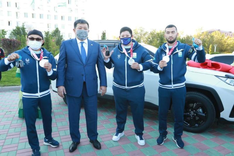 Паралимпийцам вручили ключи от квартир и автомобилей в Атырау