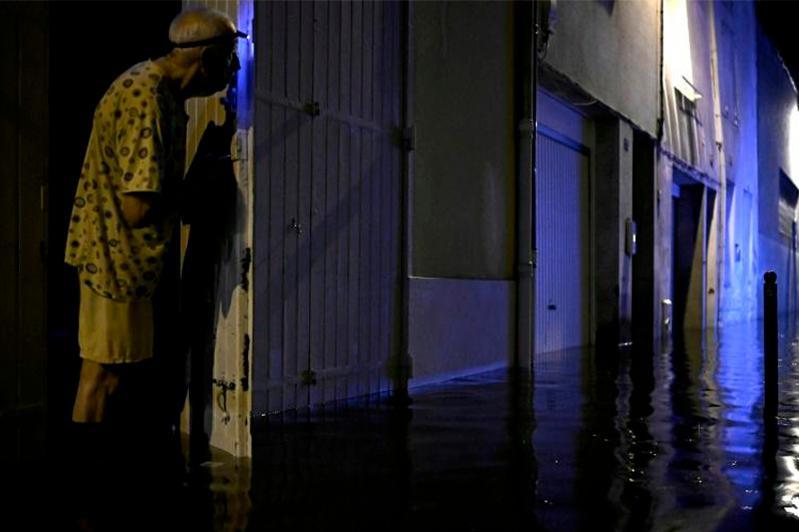 Францияның Ажен қаласында су басқан көшелерден тұрғындар эвакуацияланып жатыр