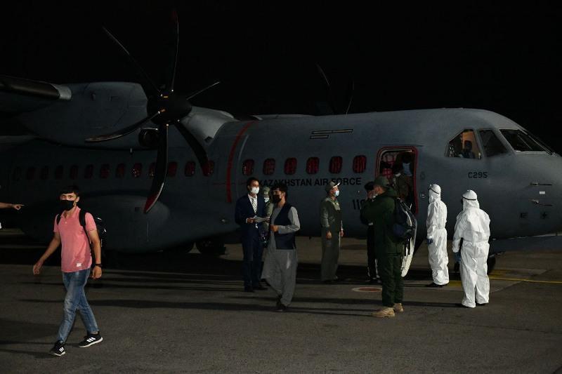 外交部:35名阿富汗哈萨克族侨胞乘坐军机飞抵哈萨克斯坦