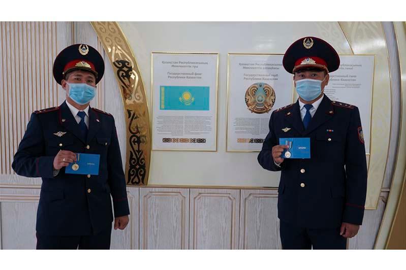 Полицейские награждены медалями за спасение беременной женщины в Рудном