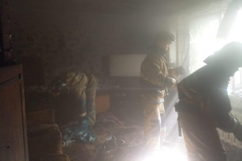 Спасатели эвакуировали женщину из горящего дома в Семее