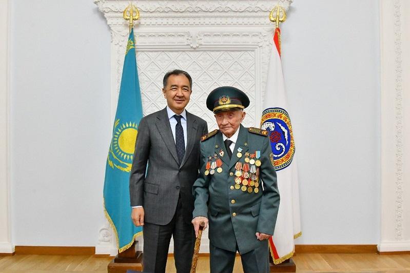 100-летнему ветерану легендарной Панфиловской дивизии вручили знак «Еңбегі үшін»