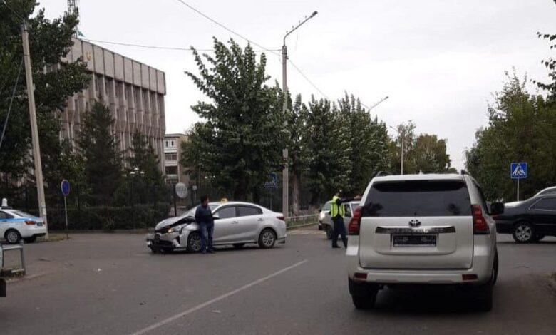 Семейде полиция ғимаратының жанында жол апаты болды