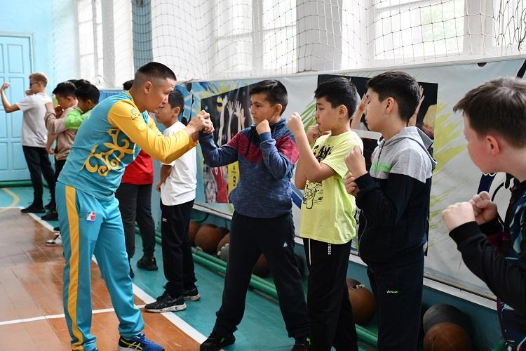 Чемпион мира по боксу будет учить самообороне акмолинских школьников