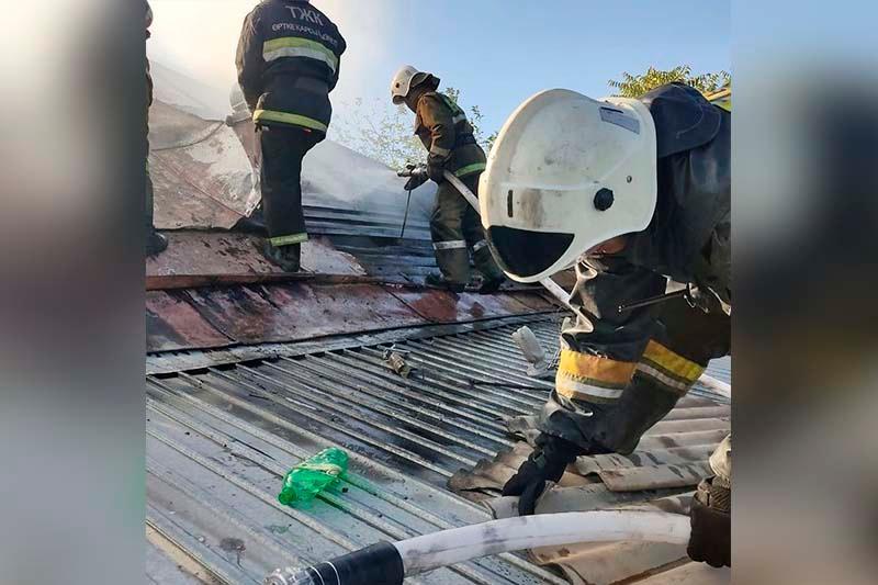 В Таразе пожар охватил дом и две автомашины