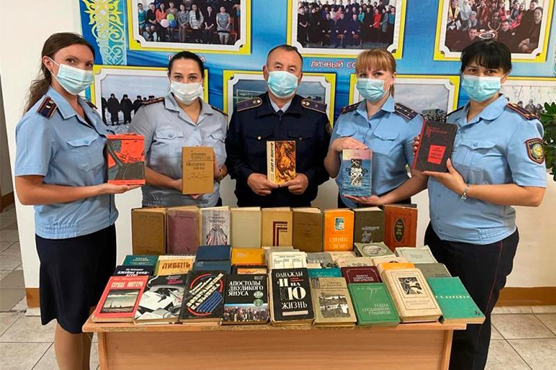 100 книг школе для осужденных подарили сотрудники акмолинской колонии
