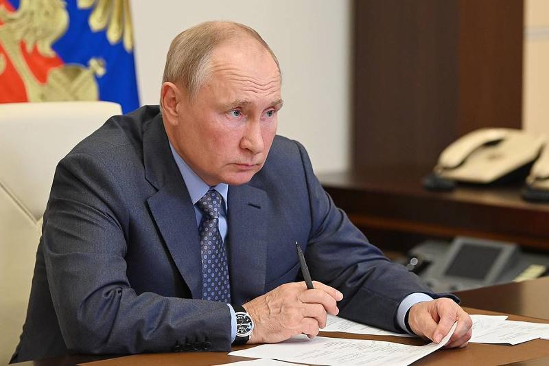 Владимир Путин сообщил, что должен перейти на самоизоляцию