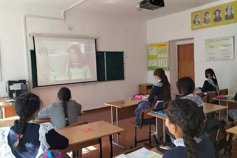 Қарағандылық еріктілер ауыл оқушыларына ағылшын тілінен сабақ береді