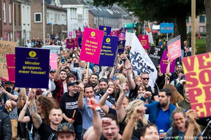 Нидерланд әлеуметтік қашық шектеуін алып тастады