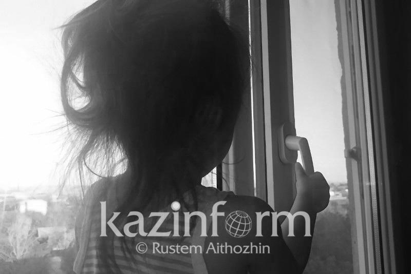 Двухлетняя девочка выпала из окна восьмого этажа в Шымкенте