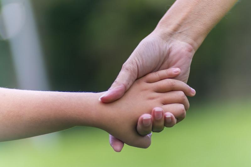 Мажилис одобрил в первом чтении законопроект о защите прав ребенка