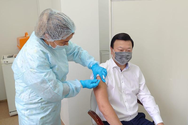 Kazakh Health Minister receives seasonal flu shot