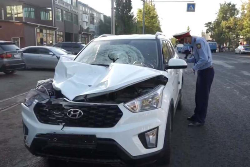 Автомобиль въехал в толпу на остановке в Таразе: двое погибших