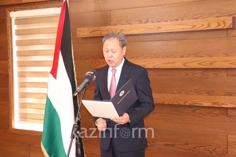 哈萨克斯坦大使向巴勒斯坦总统递交国书